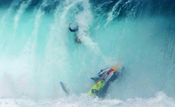 サーフムービー:Massive Wave Jetski Wipeouts