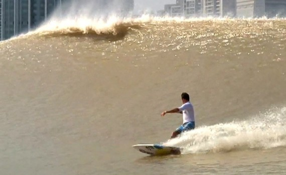 "サーフムービー:Surfing China's River Wave – The ""Silver Dragon"