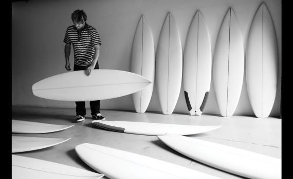サーフムービー:デーンレイノルズが世界中のシェイパーのサーフボードを試乗する