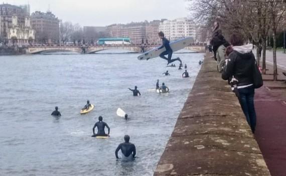 川でサーフィン